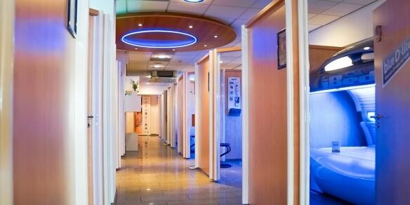 De cabines van zonnestudio Sunday's op de Stadhouderskade in Amsterdam