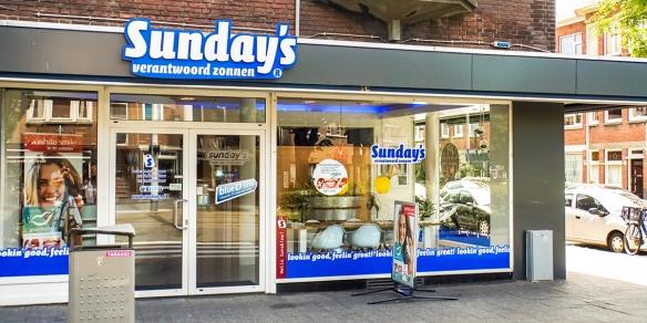 De entree van Sunday's aan de Dierenselaan in Den Haag