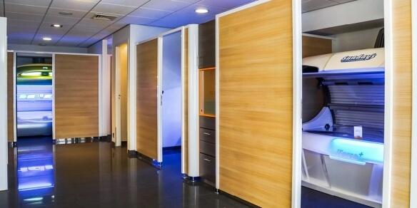 De cabines van zonnestudio Sunday's in Leeuwarden