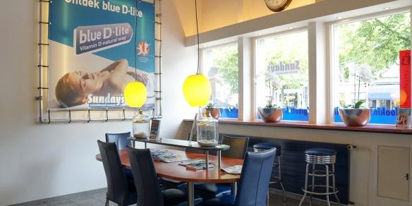 Relax aan de koffietafel bij zonnestudio Sunday's Delft