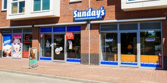 De etalage van zonnestudio Sunday's in Spijkenisse