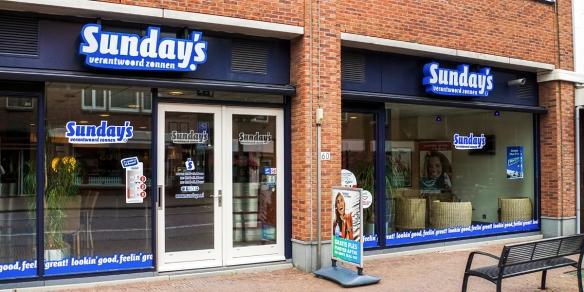 De etalage van zonnestudio Sunday's in Leidschendam
