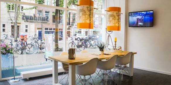 De koffietafel van zonnestudio Sunday's aan de Herengracht in Den Haag