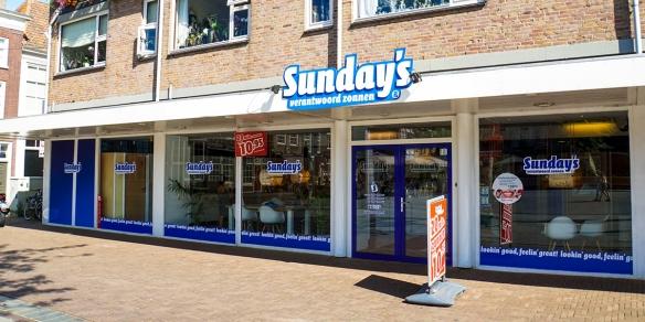 De etalage van zonnestudio Sunday's in Dordrecht