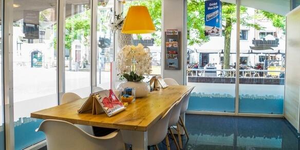 De leestafel van zonnestudio Sunday's in Leeuwarden