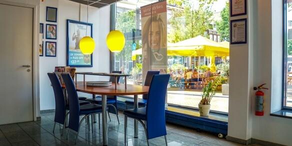 De koffietafel van zonnestudio Sunday's op het Haarlemmerplein in Amsterdam